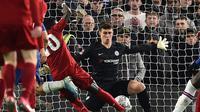 Kiper Chelsea, Kepa Arrizabalaga, tampil gemilang dan melakukan penyelamatan gemilang saat bersua Liverpool pada laga babak kelima Piala FA di Stamford Bridge, Selasa (3/3/2020). The Blues pun menang 2-0 atas The The Reds. (AFP/Glyn Kirk)