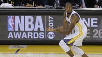 Andre Iguodala saat melawan Cleveland Cavaliers pada laga Final NBA, Senin (12/6/2017) (AP Photo/Ben Margot)