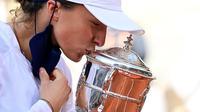 Iga Swiatek juara Prancis Terbuka 2020 usai mengalahkan Sofia Kenin di final, Sabtu (10/10/2020). (AFP/Martin Bureau)