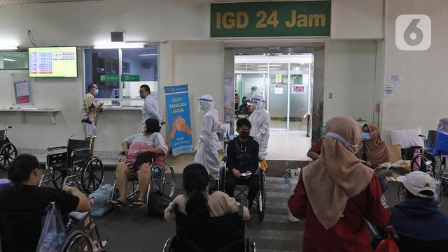 Suasana IGD RSUD Cengkareng, Jakarta, Rabu (23/06/2021). Meningkatnya kasus COVID-19 di Ibu Kota Jakarta dalam beberapa hari terakhir mengakibatkan rumah sakit kewalahan. (Liputan6.com/Herman Zakharia)