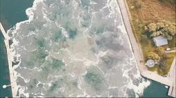 Pandangan dari atas menunjukkan ledakan bom Tallboy, bom terbesar Perang Dunia II, saat dijinakkan di Swinoujscie, Polandia (13/10/2020). Tallboy, yang dijuluki 'bom gempa', ditemukan di bawah kanal air dekat Laut Baltik September 2019.  (HANDOUT/POLISH NAVY -- 8TH COASTAL DEFENCE FLOTILLA/AFP)