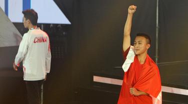 Pemain Indonesia, Sumarandak Ridel alias BenZerRidel (kanan) mengepalkan tangan saat berhasil meraih medali emas di nomor Clash Royale eSports Asian Games 2018 di Britama Arena Jakarta, Senin (27/8). (ANTARA FOTO/INASGOC/Ady Sesotya)