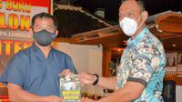 Pangdam Udayana Mayjen Maruli Simanjuntak menerima Buky Mempolong Marenten dari Danrem Lombok Brigjen Rizal. (Dok. Tim Media BNPB)