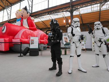Sejumlah staf berpakaian Star Wars menunggu pengunjung saat pembukaan Festival Komik Setrip Brussel di Gare Maritime of Tour & Taxis di Brussel, Belgia, 11 September 2020. Akibat COVID-19, jumlah peserta pameran dan pengunjung di festival itu mengalami penurunan tahun ini. (Xinhua/Zheng Huansong)