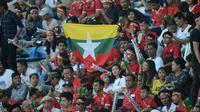Suporter Timnas Myanmar di Piala AFF 2018. (Bola.com/AFF Suzuki Cup)