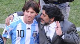 Pelatih Argentina, Diego Maradona, berbincang dengan Lionel Messi usai menaklukkan Korea Selatan dengan skor 4-1 pada laga Piala Dunia di Stadion Soccer City, Afrika Selatan, (17/6/2010). (AFP/Gabriel Bouys)