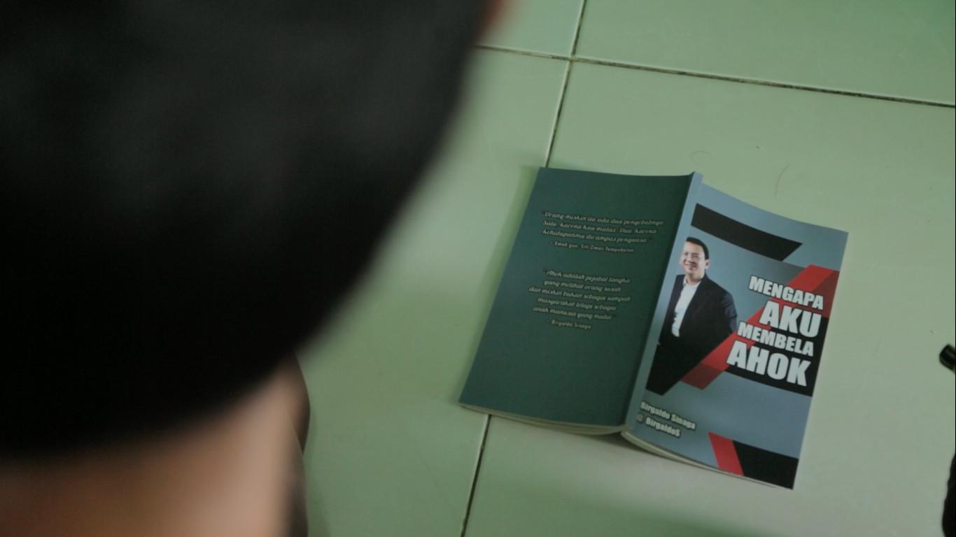 Salah Seorang Pendukung Ahok-Djarot Membaca Buku (Liputan6.com/Mochamad Khadafi)