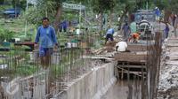 Pembuatan saluran air di kawasan TPU Karet Bivak, Jakarta, Selasa (22/11). Pembuatan saluran air tersebut dilakukan guna menyelesaikan permasalahan banjir yang sering menggenangi TPU Karet Bivak saat musim penghujan tiba. (Liputan6.com/Immanuel Antonius)