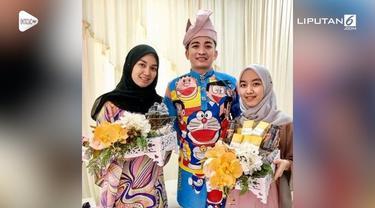 Seorang pria di Malaysia memakai baju pengantin bermotif Doraemon saat pernikahannya.