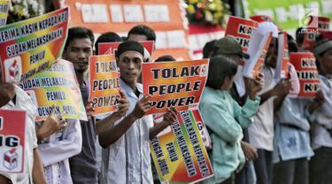 Massa yang tergabung dalam Forum Santri Indonesia menggelar aksi di depan Gedung KPU RI, Jakarta, Senin (6/5/2019). Mereka mendukung KPU RI menyelesaikan penghitungan suara hasil Pemilu 2019. (Liputan6.com/Faizal Fanani)