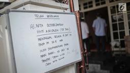 Papan pemberitahuan meninggalnya istri komedian senior Indro Warkop, Nita Octobijanthy di rumah duka kawasan Pulo Mas, Jakarta, Rabu (10/10). Rencananya jenazah istri Indro Warkop akan dimakamkan di TPU Tanah Kusir hari ini. (Liputan6.com/Faizal Fanani)