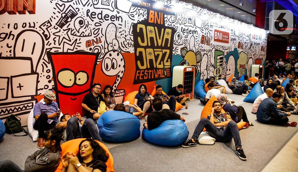 Pengunjung bersantai saat menghadriri Java Jazz Festival 2020 di JIexpo Kemayoran, Jakarta, Jumat (28/2/2020). Java Jazz Festival 2020 menghadirkan sederet musisi dalam dan luar negeri yang diselenggarakan hingga 1 Maret 2020. (Liputan6.com/Faizal Fanani)
