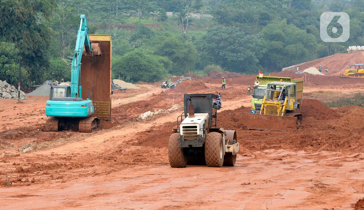 Aktivitas kendaraan alat berat membongkar muatan tanah yang akan digunakan untuk pengurukan proyek jalan baru Bojonggede-Kemang (Bomang) di Jampang, Kabupaten Bogor, Jumat (25/9/2020). Proyek jalan baru Bomang kini memasuki tahap pengurukan tanah untuk pemadatan. (merdeka.com/Dwi Narwoko)