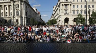 Para pengunjuk rasa berkumpul di pusat kota Budapest, Hongaria (5/6/2021). Ribuan orang di Hungaria mekakukan aksi protes menentang rencana pembangunan Universitas China di Budapest. (AP Photo/Laszlo Balogh)