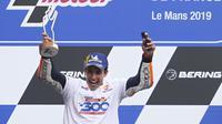 Rider Repsol Honda Marc Marquez merayakan kemenangan MotoGP Prancis di Sirkuit Le Mans, Minggu (19/5/2019). (AP Photo/David Vincent)