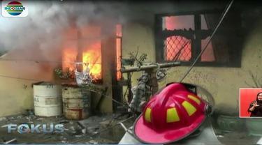 Diduga kebakaran terjadi akibat korsleting percikan api dari listrik yang menyambar drum berisi minyak tanah di depan rumah.