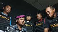 Irwan diamankan Polrestabes Surabaya lantaran mengaku anggota TNI AL berpangkat Mayor dan menipu seorang wanita. (Liputan6.com/ Dian Kurniawan)