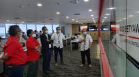 Direktur Strategic Portfolio Telkom, Budi Setyawan Wijaya (tengah), meninjau infrastruktur ke posko TelkomGroup Siaga RAFI. (Doc: Telkom)