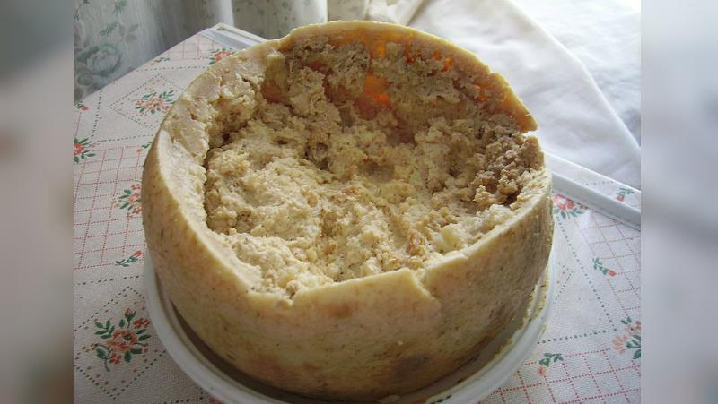 Casu Marzu, keju berbelatung asal Italia (Wikipedia).