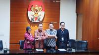 Ketua KPK Firli Bahuri (dua dari kiri) memperkenalkan dua Plt Jubir KPK pengganti Febri Diansyah (kanan), yakni Ipi Maryati dan Ali Fikri. (Liputan6.com/Nanda Perdana Putra)