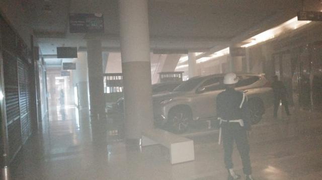 Asap tebal masih menyelimuti ruangan bangunan Pejaten Village, Jakarta Selatan. (Liputan6.com/Muhammad Ali)