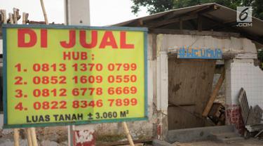 Spanduk berisi informasi penjualan terpasang di bekas bangunan rumah makan yang berada di Jalur Pantura, Jawa Barat, Sabtu (8/6/2019). Banyak rumah makan yang bangkrut sejak pemudik lebih memilih melalui Jalan Tol Cipali yang merupakan bagian dari Tol Trans Jawa. (Liputan6.com/Immanuel Antonius)