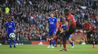 Gelandang Manchester United, Paul Pogba, mencetak satu gol melalui titik penalti saat mengalahkan Leicester City 2-1 pada pekan pertama Premier League di Stadion Old Trafford, Sabtu (11/8/2018) dini hari WIB. (AP Photo/Jon Super)