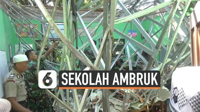 Bangunan kelas SD Negeri Gentong Pasuruan Jawa Timur tiba-tiba ambruk hari Selasa (05/11). Musibah ini menewaskan seorang guru dan murid.
