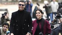 Georgina Rodriguez mendampingi Cristiano Ronaldo usai sidang terkait pajak di Madrid pada Januari 2019. (AFP/Pierre-Philippe Marcou)