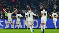 Gelandang Real Madrid, Gareth Bale, merayakan gol yang dicetaknya ke gawang Kashima Antlers pada laga Piala Dunia Antarklub di Stadion Zayed Sports City, Abu Dhabi, Rabu (19/12). Madrid menang 3-1 atas Kashima. (AFP/Giuseppe Cacace)