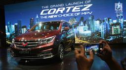 Pengunjung mengambil gambar mobil Wuling Cortez saat peluncurannya di Jakarta, Kamis (8/2). Wuling Motors Indonesia resmi memperkenalan Cortez dengan konsep The New Choice of MPV. (Liputan6.com/Angga Yuniar)