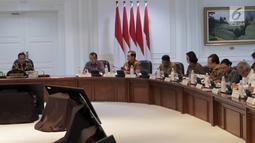 Suasana saat Presiden Joko Widodo memimpin Rapat Terbatas Evaluasi Proyek Strategis Nasional di Kantor Presiden, Jakarta, Senin (16/4). Jokowi juga meminta proyek strategis yang dimulai pada 2017 untuk segera diselesaikan. (Liputan6.com/Angga Yuniar)