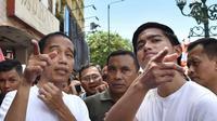 Presiden Joko Widodo (Jokowi) ditemani putra bungsunya, Kaesang Pangarep berjalan-jalan di sepanjang kawasan Malioboro, Yogyakarta, Minggu (31/12). Masyarakat tampak antusias menyambut kedatangan Presiden Jokowi. (LIputan6.com/Biro Setpres)