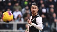 Pemain Juventus Cristiano Ronaldo saat menghadapi Fiorentina pada pertandingan Liga Italia di Allianz Stadium, Turin, Italia, Minggu (2/2/2020). Ronaldo tampil memukau dengan menorehkan dua gol saat Juventus menang 3-0. (Marco Bertorello/AFP)