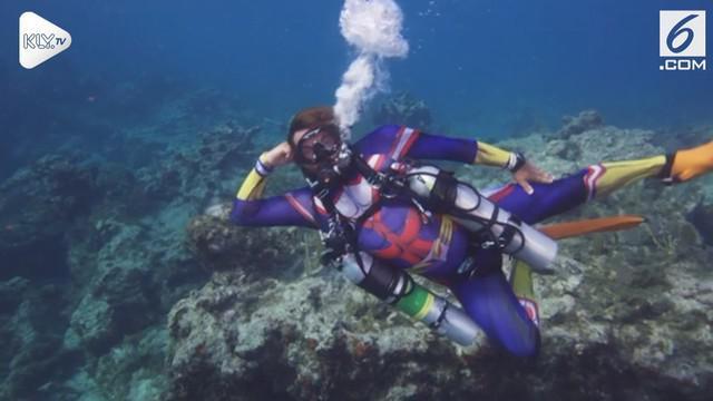 Perayaan Halloween di bawah laut dilakukan para penyelam di Florida Keys National Marine Sanctuary off Key Largo.
