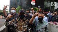 Novel Baswedan (kiri) bersama pegawai yang tidak lolos tes wawasan kebangsaan (TWK) meninggalkan Gedung KPK di Jakarta, Kamis (30/9/2021). 57 + 1 pegawai KPK yang tak lolos TWK untuk alih status ASN diberhentikan dengan hormat per 30 September 2021. (Liputan6.com/Herman Zakharia)