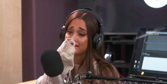 Ariana Grande menangis saat melakukan wawacara di sebuah radio. (YouTube)