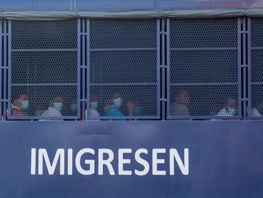 Sebuah truk imigrasi yang membawa migran Myanmar melintas menuju pangkalan Angkatan Laut di Lumut, di luar Kuala Lumpur (23/2/2021). Malaysia mulai membawa para pencari suaka dan tahanan Myanmar ke pelabuhan untuk kembali ke tanah air mereka yang dilanda kudeta militer. (AFP Photo/Mohd Rasfan)