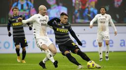 Striker Inter Milan, Lautaro Martinez, melepaskan tendangan saat melawan Benevento pada laga Liga Italia di Stadion Giuseppe Meazza, Minggu (31/1/2021), Inter Milan menang dengan skor 4-0. (AP/Luca Bruno)