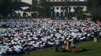 Ribuan warga melaksanakan salat id di Lapangan Gasibu, Kota Bandung, Rabu (5/6/2019). (Huyogo Simbolon)