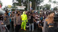 Sejumlah Pendemo di tertibkan saat demo mulai rusuh di Padang (Liputan6.com/Novia Harlina)