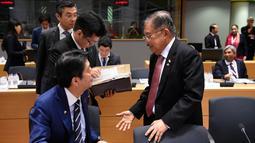 Wakil Presiden Indonesia, Jusuf Kalla berbincang dengan PM Jepang Shinzo Abe selama pertemuan KTT ASEM ke-12 di Brussels, Belgia, (18/10). KTT ASEM ke-12 mengangkat tema Europe and Asia: Global Partners for Global Challenges. (AFP Photo/John Thys)