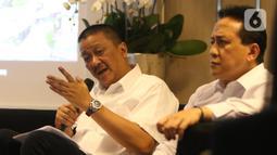 Komut PT Garuda Indonesia Tbk Triawan Munaf dan Dirut PT Garuda Indonesia (Persero) Tbk (GIAA) Irfan Setiaputra saat berkenalan kepada media, Jakarta, Jumat (24/1/2020). Dalam perkenalannya Triawan dan Irfan memaparkan program baru untuk pembenahan Garuda Indonesia. (Liputan6.com/Angga Yuniar)