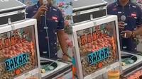 Viral, Pedagang Bakso Pentol Jualan Layaknya MC di Kondangan Curi Perhatian.