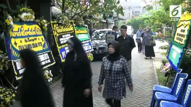 Kapolda Metro Jaya Irjen Pol M Iriawan datang ke rumah duka dan menggotong jenazah Italia Chandra Kirana Putri (23) ke pemakaman.