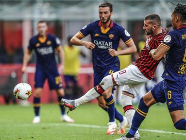 Pemain AC Milan Ante Rebic (tengah) mencetak gol ke gawang AS Roma pada pertandingan Serie A di Stadion San Siro, Milan, Minggu (28/6/2020). AC Milan naik ke posisi 7 klasemen dengan 42 poin usai mengalahkan AS Roma 2-0. (AP Photo/Luca Bruno)