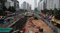 Pekerja menyelesaikan pembangunan proyek MRT di kawasan Bundaran HI, Jakarta, Rabu (15/4/2015). PT MRT Jakarta menyiapkan bentuk rancangan stasiun bawah tanah di Bundaran HI akan memiliki 3 lantai di bawah tanah. (Liputan6.com/Faizal Fanani)