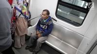 Seorang penyandang disabilitas menaiki kereta Lintas Rel Terpadu (LRT) di Stasiun LRT Veldrome, Jakarta, Sabtu (27/4). Kegiatan yang diikuti Jakarta Barrier Free Tourism (JBFT) itu untuk mengenalkan LRT lebih dekat, terutama kepada penyandang disabilitas. (Liputan6.com/Faizal Fanani)