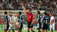 David Beckham mendapat kartu merah setelah menendang Diego Simeone saat Inggris melawan Argentina di Babak 16 Besar Piala Dunia 1998. Inggris akhirnya kalah adu penalti dari Argentina. (www.squawka.com)
