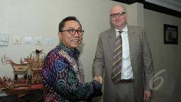 Ketua MPR RI Zulkifli Hasan (kiri) berjabat tangan dengan Duta Besar Paul Grigson saat bertemu di Ruang Kerja Ketua MPR, Jakarta, Kamis (26/3/2015). Kunjungan Dubes Australia dalam rangka perkenalan Duta Besar yang baru. (Liputan6.com/Andrian M Tunay)